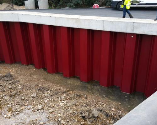 Protection de berges en palplanches pour un chantier exigu dans le Var