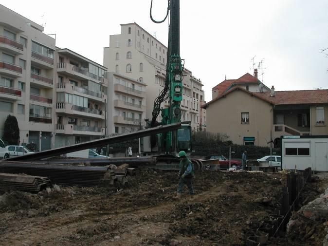 Levé de la palplanche accrochée par des chaînes de manutentions